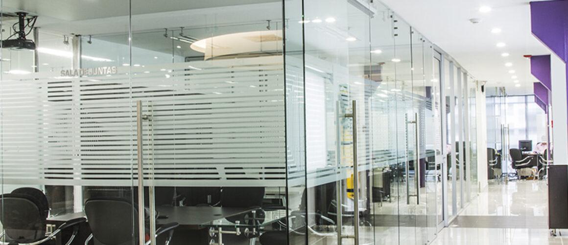 divisiones en vidrio para oficina
